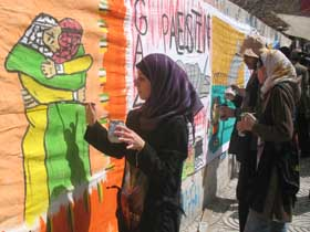 صورة رسامو غزة ينشدون المصالحة بالريشة والألوان