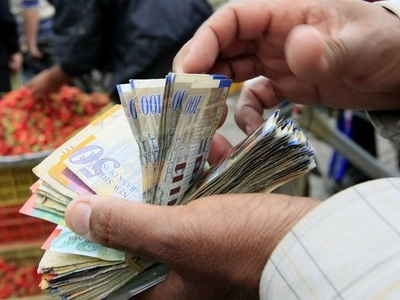 Photo of Palestinians line up for dwindling cash in Gaza
