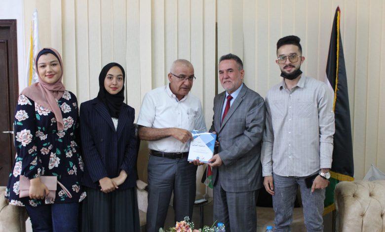 صورة هيئة التثقيف المدني في بال ثينك تلتقي رئيس جامعة فلسطين وتسلمه دليل التثقيف المدني