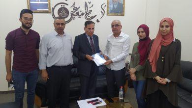 صورة بال ثينك تلتقي برئيس جامعة غزة، وتسلمه نسخة من دليل التثقيف المدني